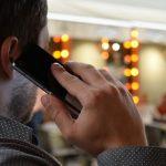 携帯電話で通話する男性